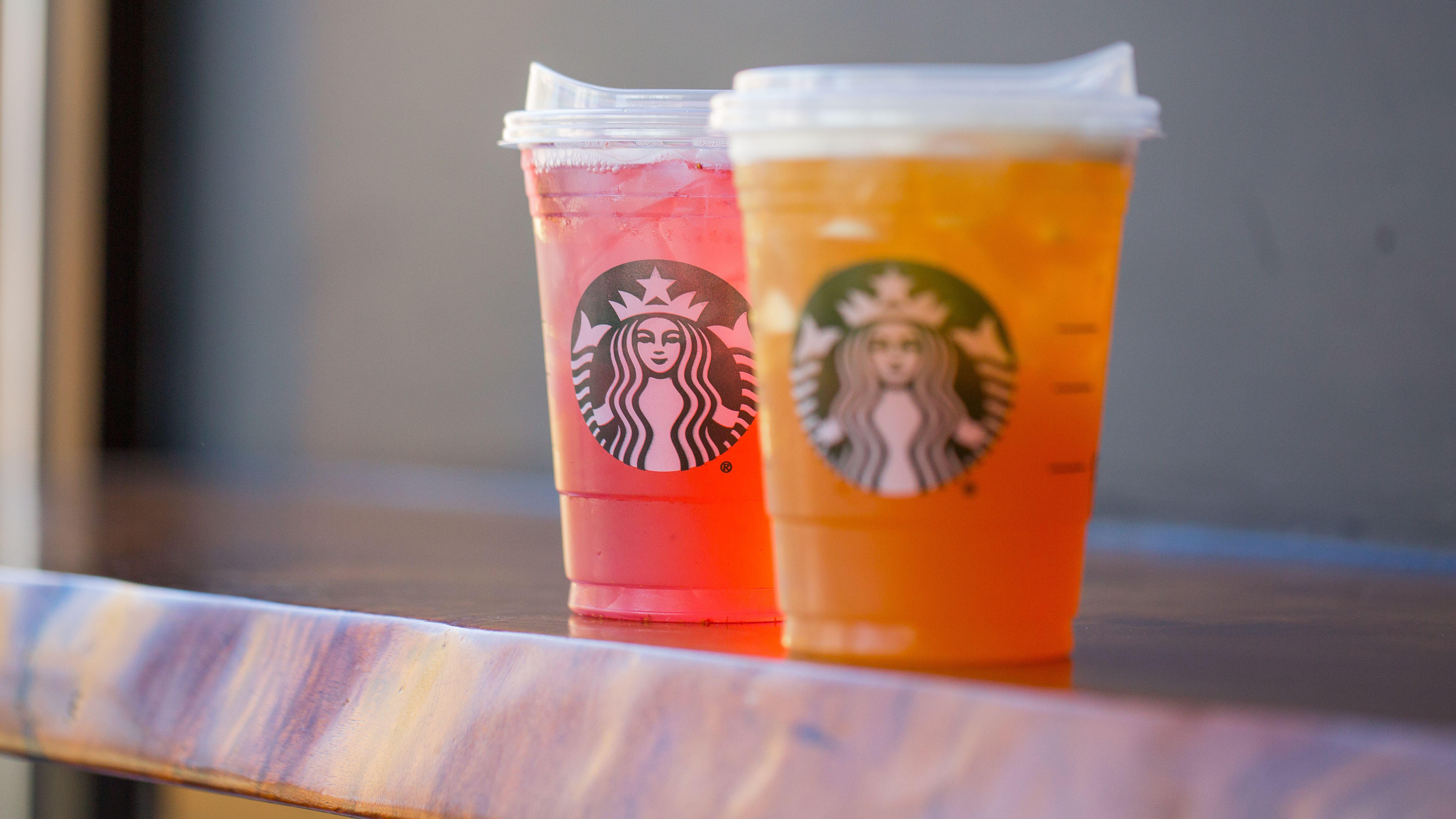 Starbucks ersetzt die Plastikhalme mit speziell designten Becherdeckeln - ebenfalls aus Plastik, aber immerhin recyclebar.